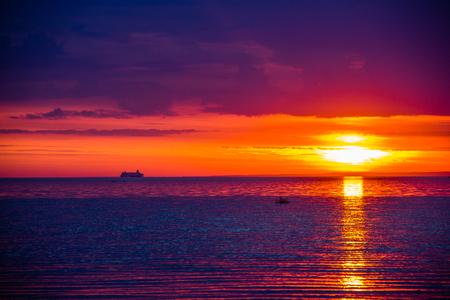 Sonnenuntergang Blick auf das Meer Standard-Bild - 107099175