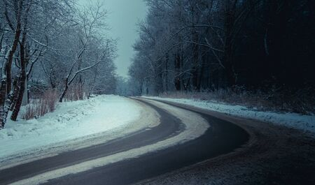 Winter russische Asphaltstraße. Winterstraße. Verschneite Straße. Reise. Winterlandschaft