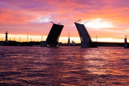 The bridges are erected at dawn in St. Petersburg. Peter Romance. Sight of Peter. Neva River. Dawn in the city. White Nights. Drawbridges Archivio Fotografico