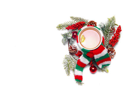 Christmas tea . The Cup is wrapped in a scarf. Holiday. A wreath and a gift. New year and Christmas. Copy space. A wreath of fir branches. Hot drink. 免版税图像