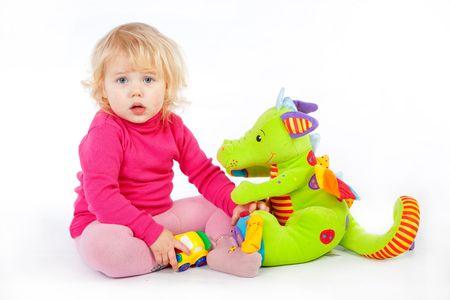 playing with baby: Bambini che giocano con i giocattoli su sfondo bianco