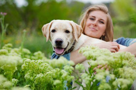 mujer perro: Chica con su perro lo que en la primavera de la hierba Foto de archivo