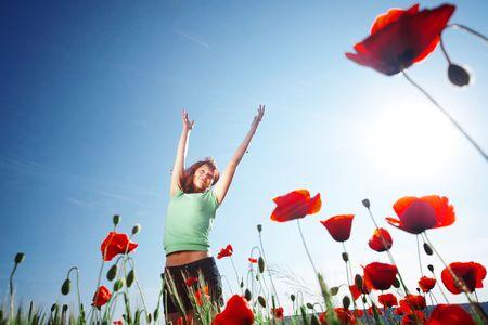 poppy field: Meisje ontspannen in papaverbolkaf veld
