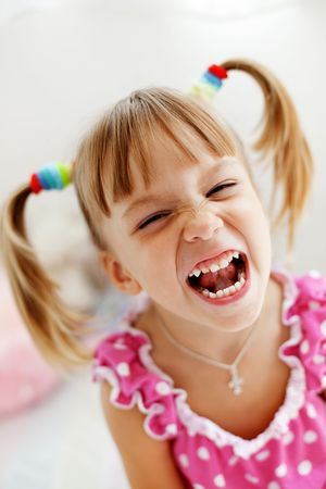 enfant qui pleure: Portrait d'un enfant pleurer bruyamment Banque d'images