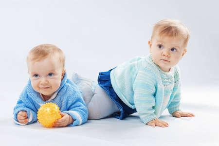 ni�as gemelas: Retrato de estudio de dos gemelos de los ni�os peque�os Foto de archivo