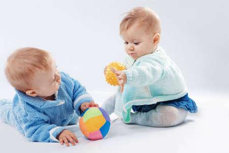 ni�as gemelas: Retrato de gabinete de dos peque�os hijos gemelos