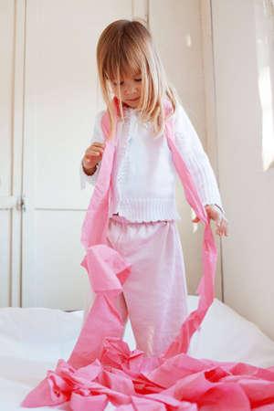 papel higienico: Retrato de ni�o jugando con papel higi�nico