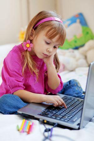 Prodigy: Małe dziecko cute gry z komputera przenośnego w domu Zdjęcie Seryjne