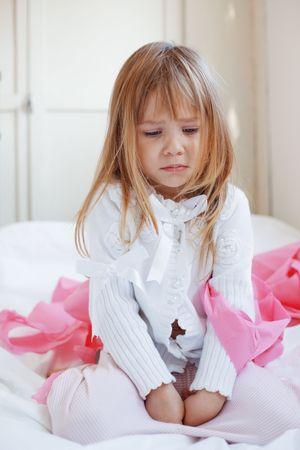 ni�o llorando: Retrato de ni�o triste chica Foto de archivo