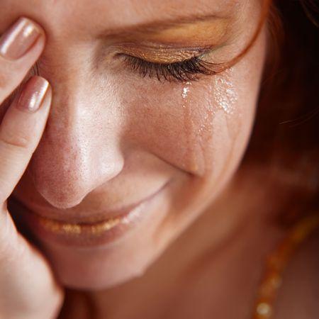 lacrime: Closeup donna gridando con le lacrime