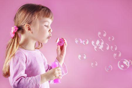 bulles de savon: Portrait de dr�le petite fille jolie gonflement des bulles de savon
