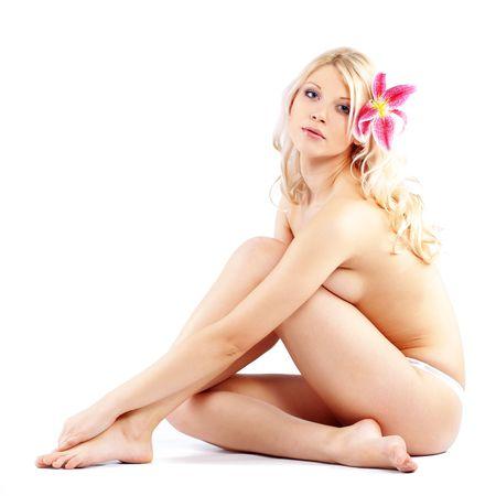mujer desnuda sentada: Retrato de muy hermosa mujer desnuda con lirio en blanco  Foto de archivo