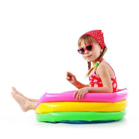 enfant maillot: Fille de fa�on �t� portait le maillot de bain tachet�e rouge studio s�rie