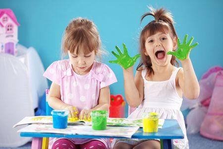 enfants peinture: Enfants de dessin dans la p�pini�re