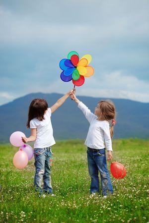 enfant qui joue: Enfants heureux cute jouant au printemps déposé