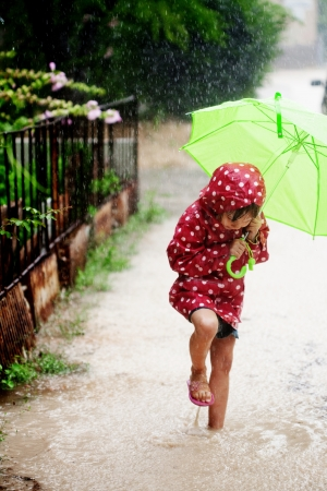 gotas de agua: Niño poco caminar bajo la lluvia