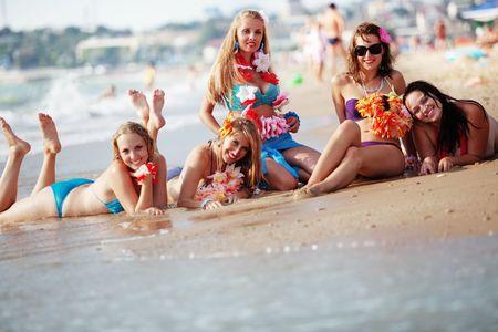 badpak: Groep van jonge mooie meisjes plezier op het strand