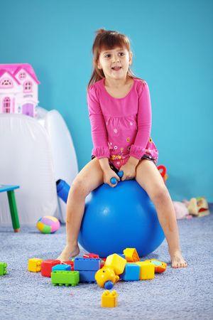 enfant qui joue: Enfants jouant avec la balle de gymnastique