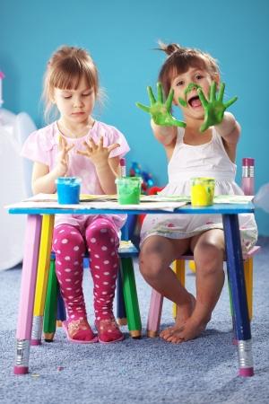 ecole maternelle: Enfants de dessin dans la p�pini�re