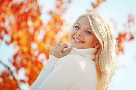 sweater: Retrato de la joven y bella mujer caminando al aire libre en oto�o