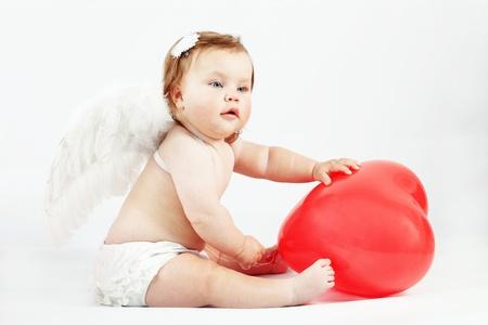 bebe angel: Valentine lindo angel baby con coraz�n rojo sobre fondo de luz studio