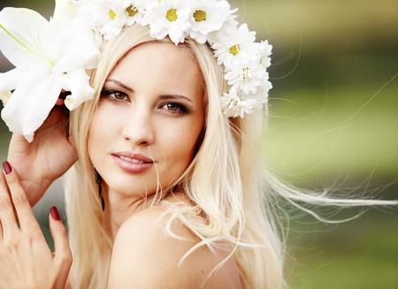 bridal gown: Retrato de una hermosa joven al aire libre en primavera