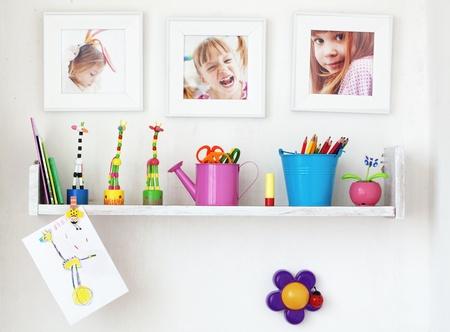 shelves: Plataforma de ni�os en la pared blanca con juguetes en �l