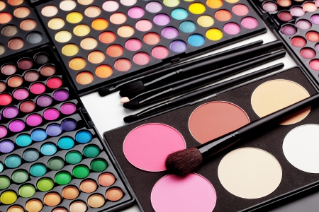 make-up poeder: Make-up kleurrijke oogschaduw paletten met make-up borstels Stockfoto