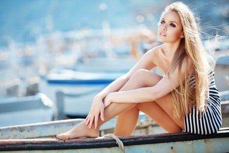 donna sexy: Sailor indossando bella donna sexy striato abito in posa in barca