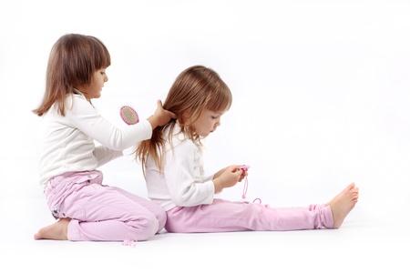 ni�as jugando: Dos poco kid chicas jugando peluquer�a