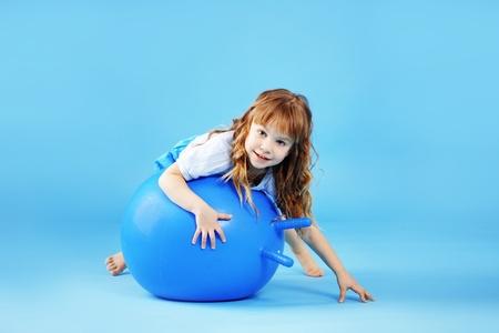 educacion fisica: Ni�o con pelota gimnasia sobre fondo de estudio bleu