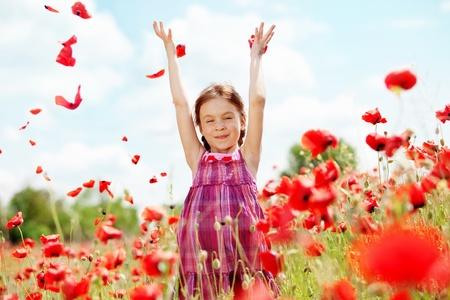 poppy field: Cute kind meisje op papaverveld Stockfoto