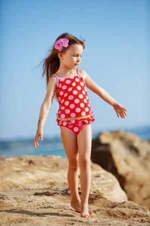 enfant maillot: Adorable enfant portait le maillot de bain marcher sur la plage en �t�