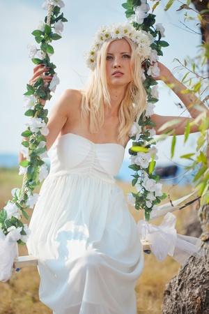 columpio: Retrato de la hermosa joven al aire libre en primavera