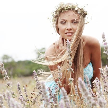 summer: Молодая женщина Beautfiul прогулки на свежем воздухе в летнее Фото со стока