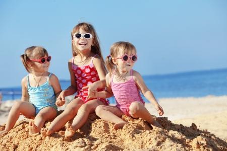 enfant maillot: Enfants heureuses, jouant � la plage en �t�