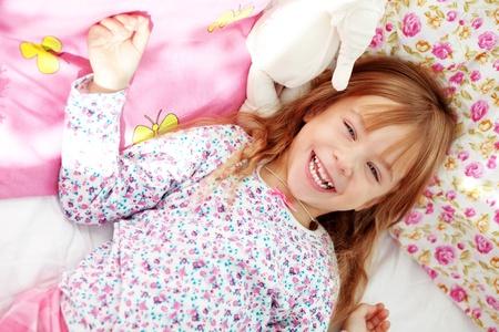 pijama: Retrato de ni�o despierta en la ma�ana