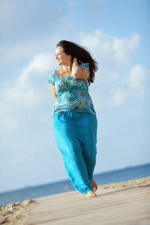 Bella giovane donna di riposo in spiaggia