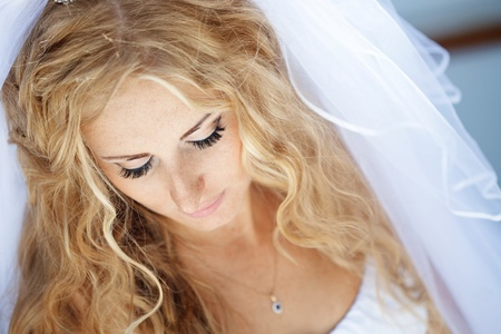 bridal gown: Beautiful bride posing in her wedding day Stock Photo