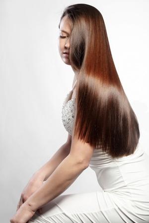 人間の髪の毛: 完璧な髪を持つ若い美しい女性の肖像画