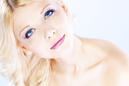 blonde blue eyes: Portrait of young beautiful blond woman with fashion make-up and hairstyle