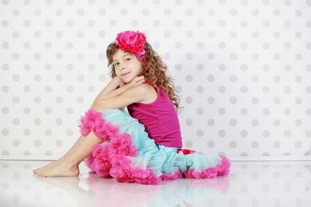 美しいチュチュ スカートを着てかわいいプリンセスのスタジオ ポートレート