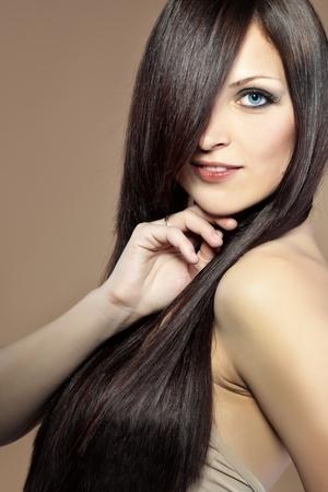 hairdo: Ritratto di giovane donna bella con lunghi capelli lucidi