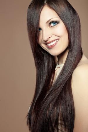 긴 광택 머리를 가진 아름 다운 젊은 여자의 초상화