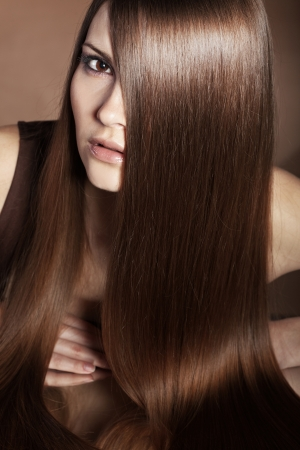 Portret van jonge mooie vrouw met lang glanzend haar