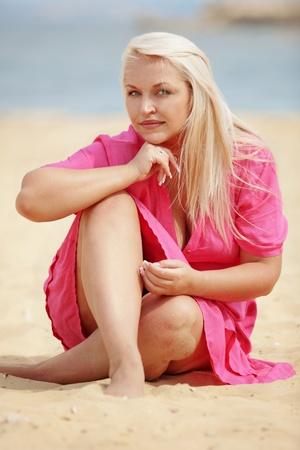 ropa de verano: Joven y bella mujer descansando en la playa