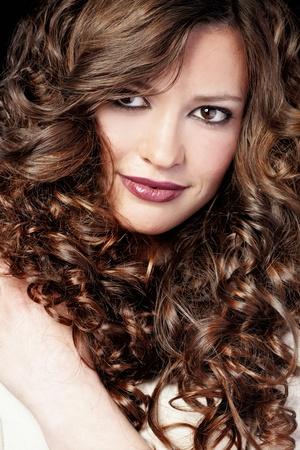 hair curly: Retrato de la mujer hermosa joven con el pelo largo rizado volumen Foto de archivo