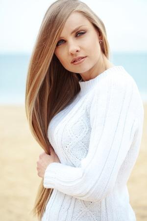 fille pull: Belle jeune femme de repos � la plage