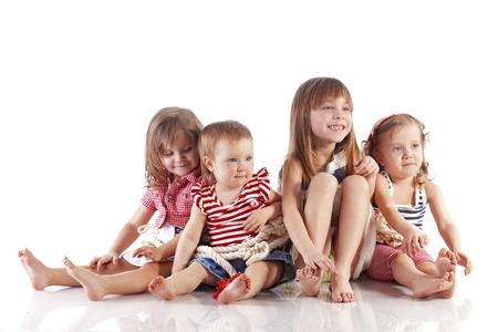 scalzo ragazze: Ritratto dello studio di bambini tema del mare