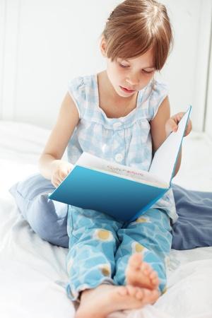 pijama: Retrato del libro de lectura infantil de 5 años en su casa